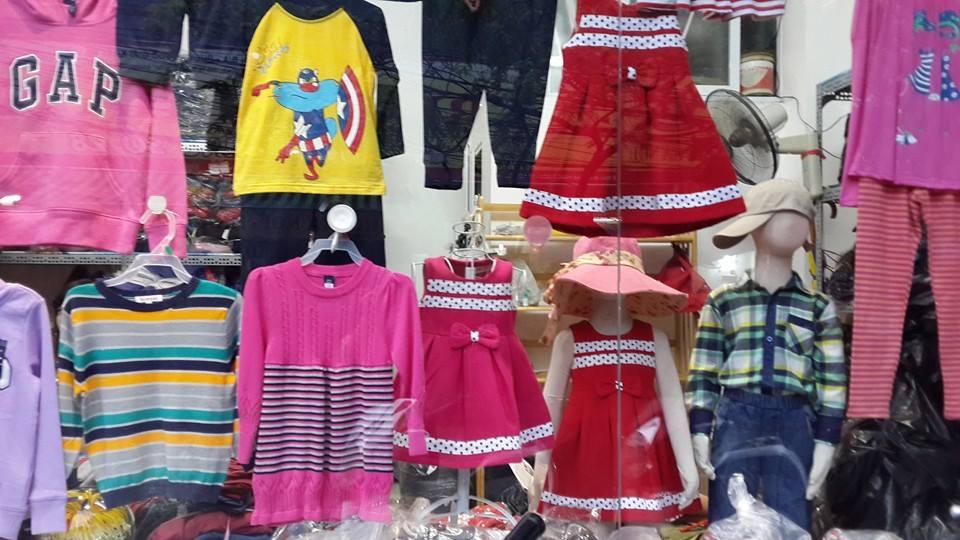 Em Váy Dạ thật nổi bật khi treo ở Cửa hàng